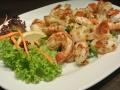 Scampis vom Grill mit Salat und hausgemachtem Weißbrot